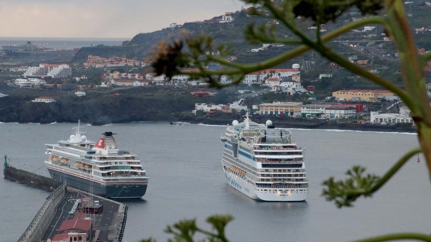 Los buques  'Balmoral' y 'Aida Sol' este viernes, en el Puerto de Santa Cruz de La Palma.