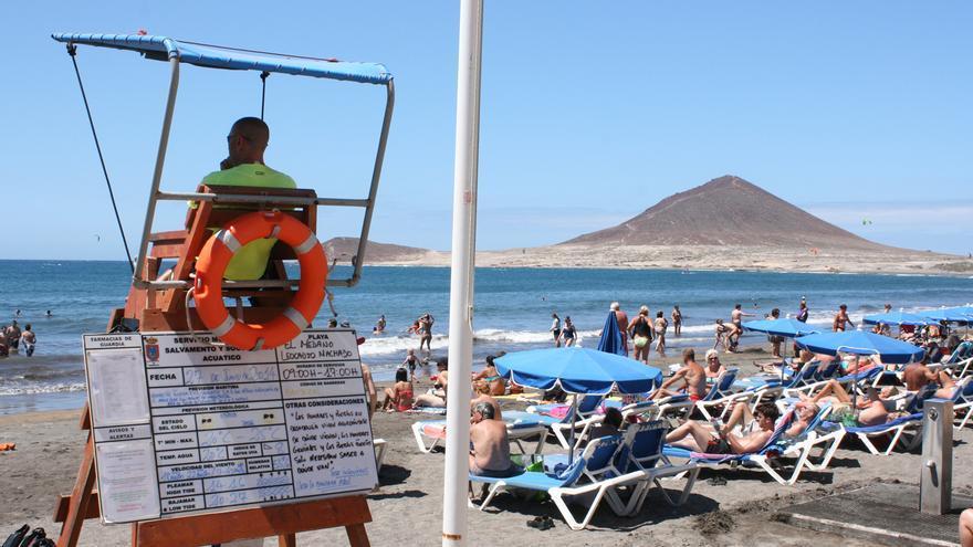 Un socorrista vigila la playa de El Médano.