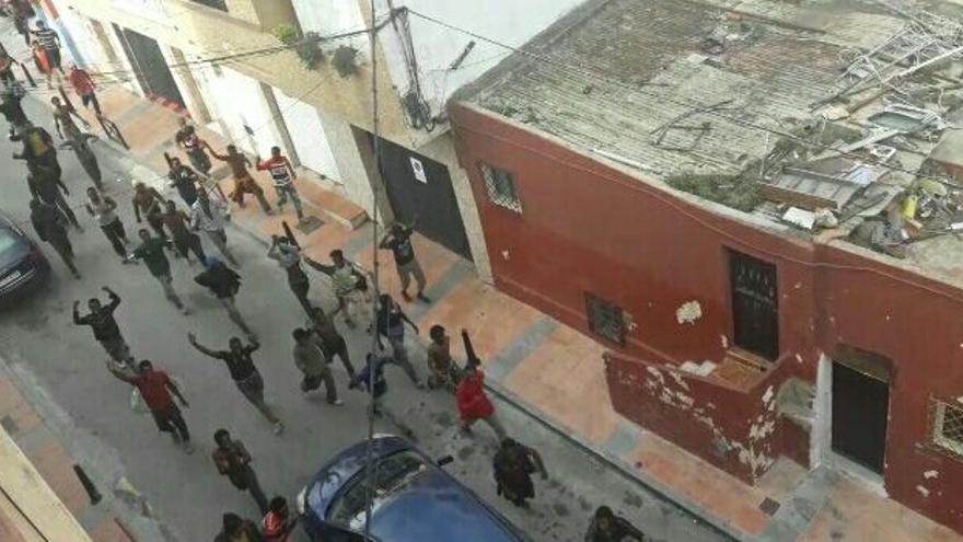 Decenas de personas de origen subsahariano corren por las calles de Ceuta tras lograr saltar la valla fronteriza   Imagen cedida por Karim Prim