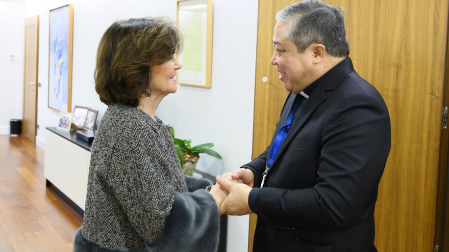 La vicepresidenta primera, Carmen Calvo, y el nuevo nuncio en España, Bernardito Auza