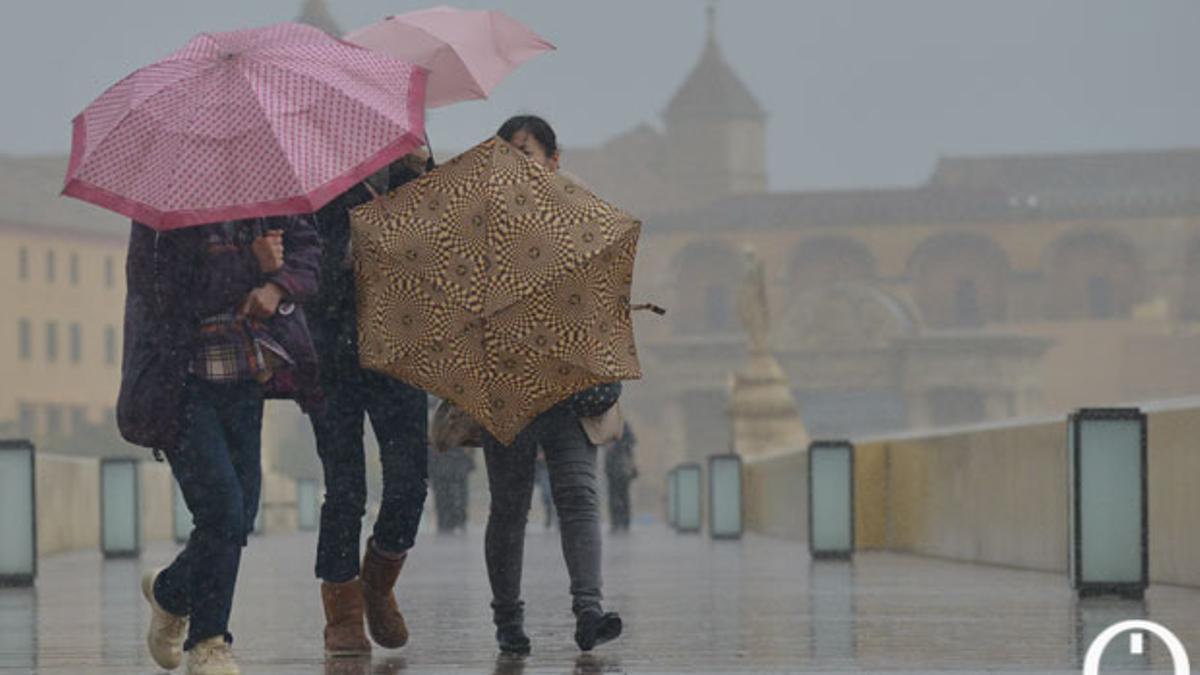 Intensa lluvia en el Puente Romano.