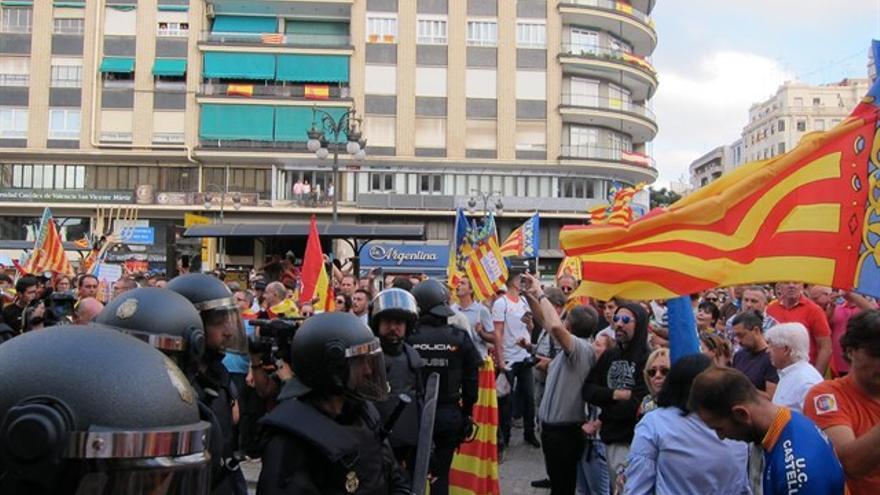 La policía separa a los diferentes grupos de manifestantes