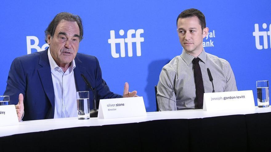 El director Oliver Stone y el actor Joseph Gordon-Levitt, en la rueda de prensa de 'Snowden' en Toronto
