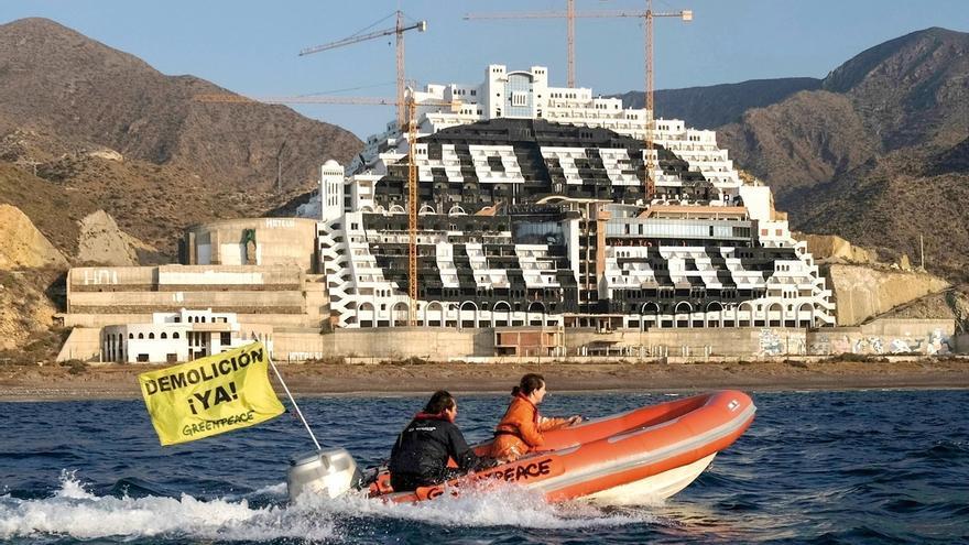"""Greenpeace acusa a la Junta de Andalucía de """"retrasar hasta 2023"""" la demolición de El Algarrobico"""