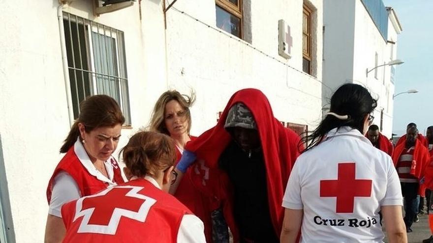 Llegan a Motril las 32 personas rescatadas de una patera en el mar de Alborán