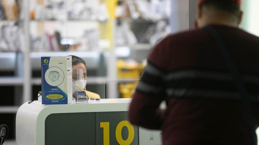 Trabajador del sector del transporte recoge en las oficinas de Correos su mascarilla