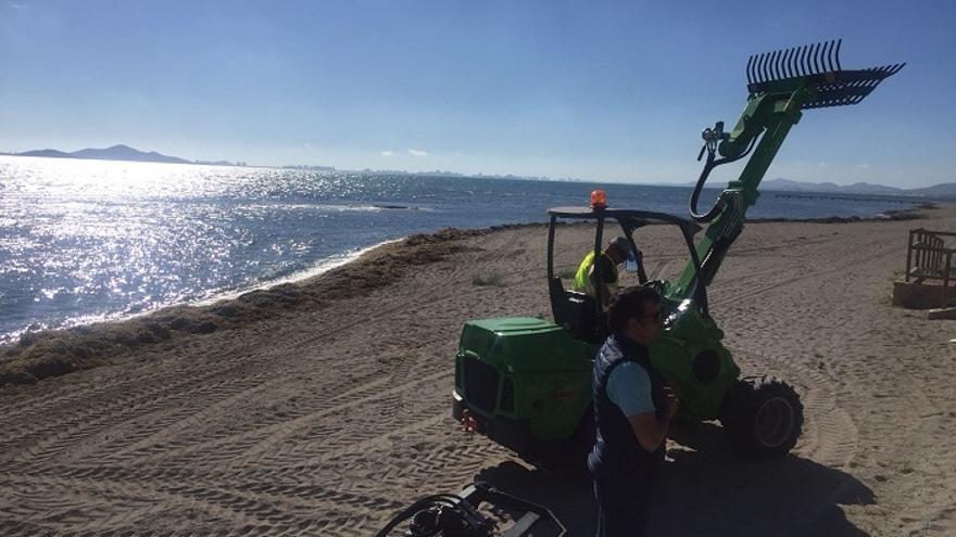 Maquinaria ligera empleada por las brigadas de limpieza del Mar Menor