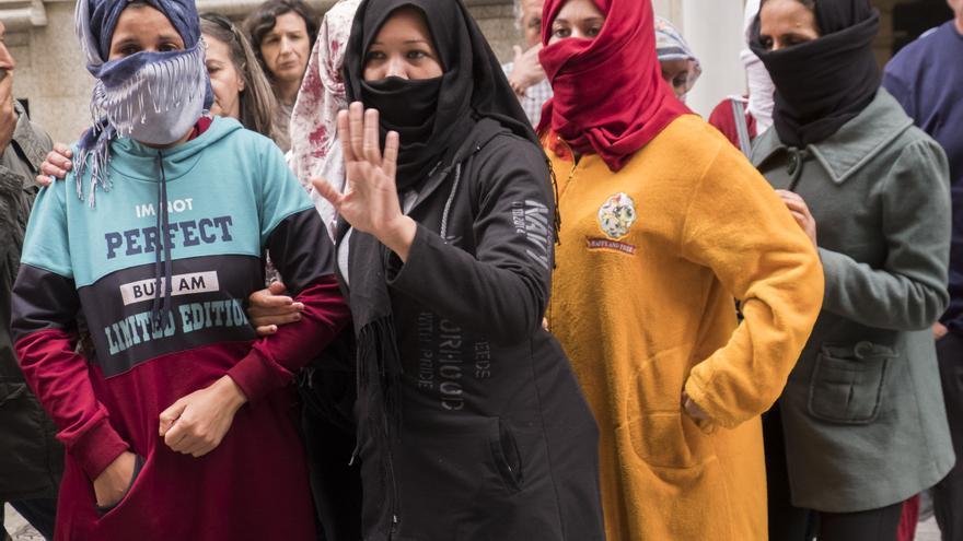 Las mujeres denunciantes, este lunes ante la Inspección de Trabajo en Huelva.