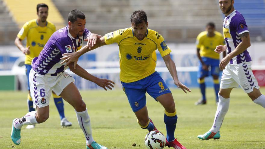 Jesús Rueda pugna con Alfredo Ortuño en el partido entre Las Palmas y el Valladolid. (UDLASPALMAS.ES)