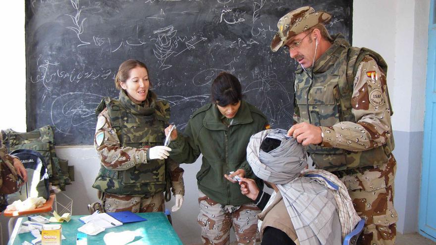 Mujeres soldados prestan asistencia sanitaria en Afganistán