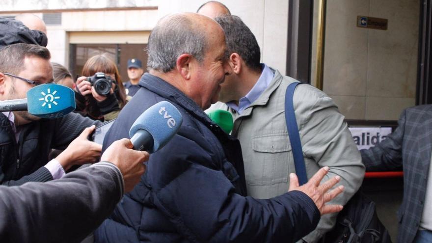 """Exalcalde de Granada llega al juzgado """"tranquilo"""" para declarar como investigado en el caso Nazarí"""