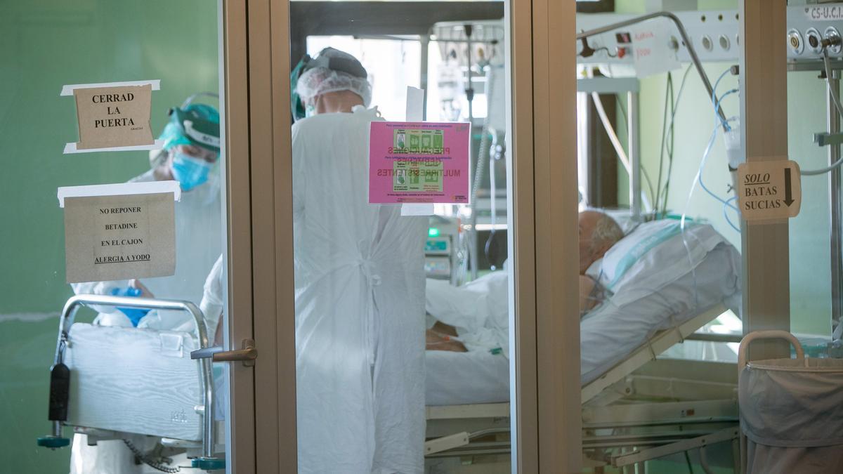 Dos sanitaris tracten a un pacient amb Covid-19. EFE/Javier Cebollada