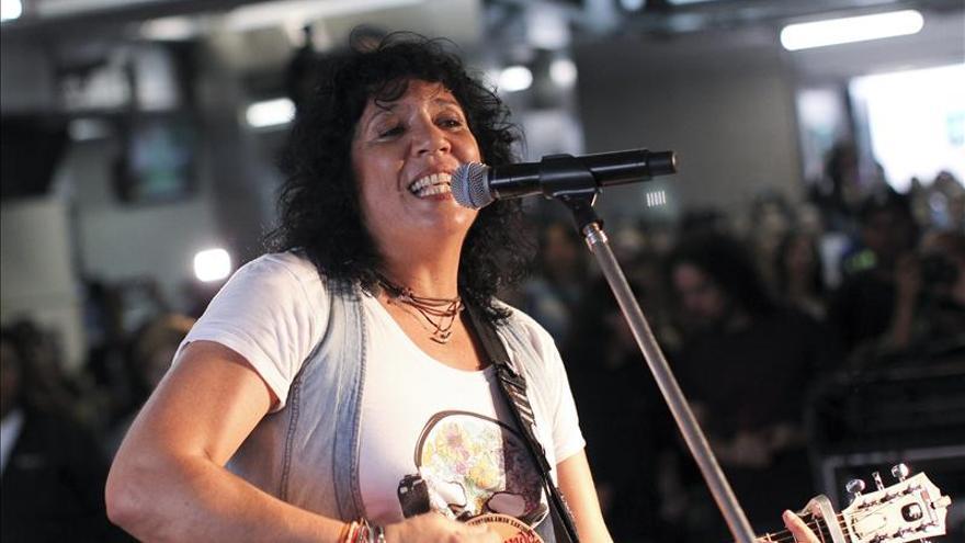 Rosana lleva su música en un viaje por el metro de Buenos Aires