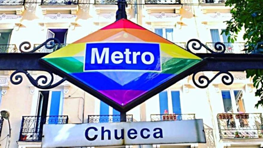 Logo de Metro de Madrid en el acceso de la estación de Chueca | @METRO_MADRID