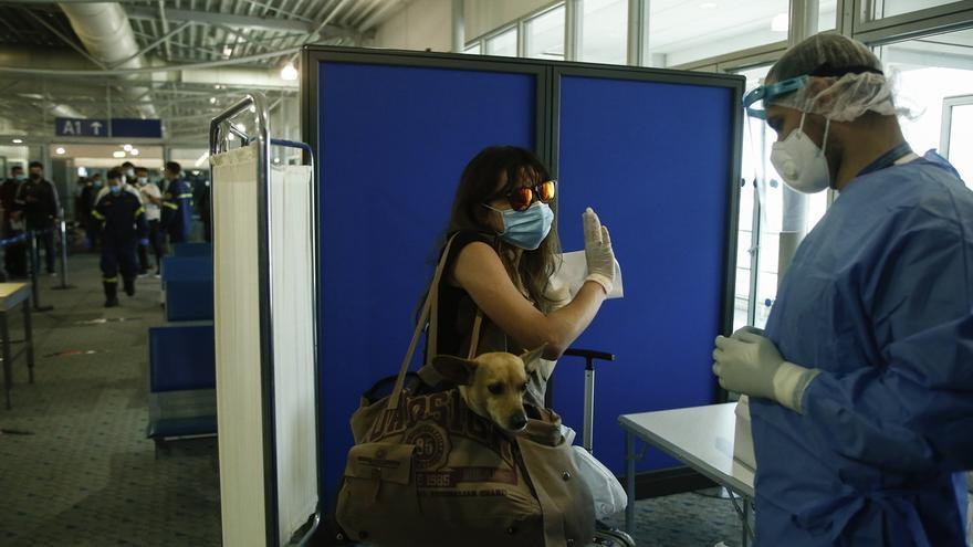Grecia abre aeropuertos en las islas y amplía la lista de países de procedencia.