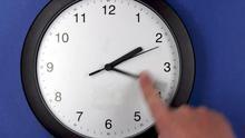 Imagen de una mano adelantando un reloj en Pokrent, Alemania.