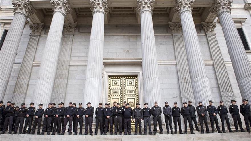 Un minuto de silencio recorre España en homenaje a los agentes muertos en Kabul