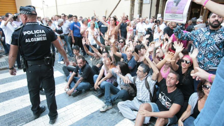 Protesta de activistas antitaurinos en Algemesí (Valencia).