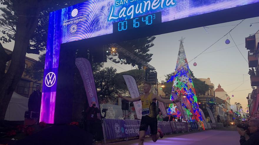 Uno de los participantes alcanzando la meta de la San Silvestre Lagunera