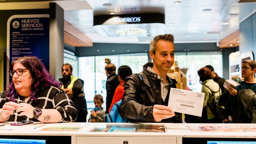 Numerosas personas acuden a una oficina de correos para depositar su voto de cara a las elecciones generales del 28 de abril.