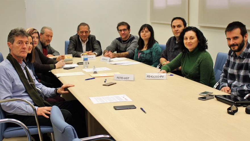 El secretario autonómico Miguel Soler con los representantes de los sindicatos