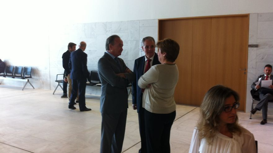 Juan Miguel Sanjuán, presidente del Grupo Satocan (izquierda), charla con la abogada Josefina Navarrete, en presencia de su letrado José María Palomino, este jueves antes de su declaración en el Edificio Judicial de Las Palmas de Gran Canaria.