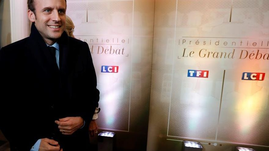 Macron, diana de críticas del neocomunista Mélenchon y el socialista Hamon