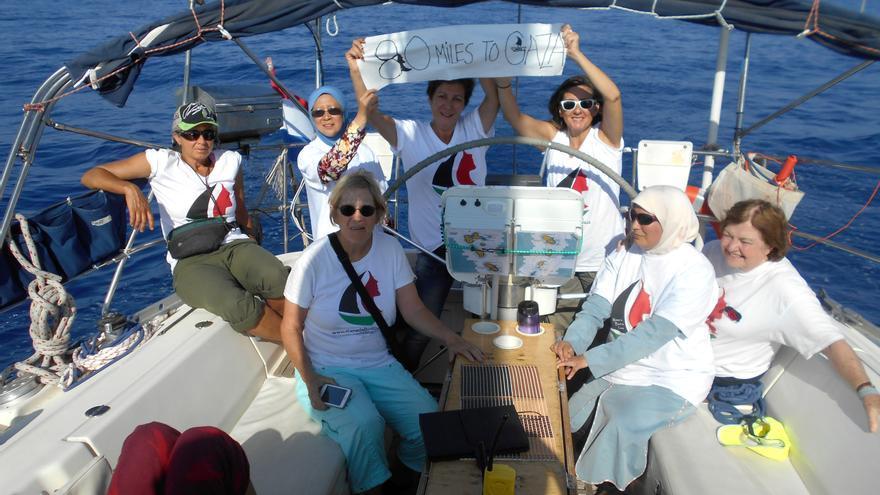 Mujeres rumbo a Gaza a bordo del Zaytouna, a 80 millas de Gaza. | Imagen cedida a eldiario.es.