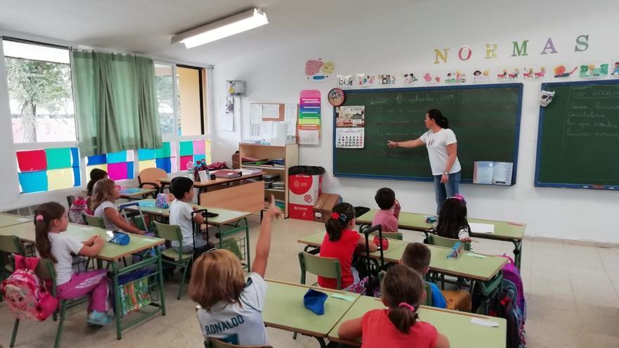 El protocolo de la Xunta establece una separación de un metro entre el punto central de cada silla, así como una ratio máxima de 25 alumnos por aula.