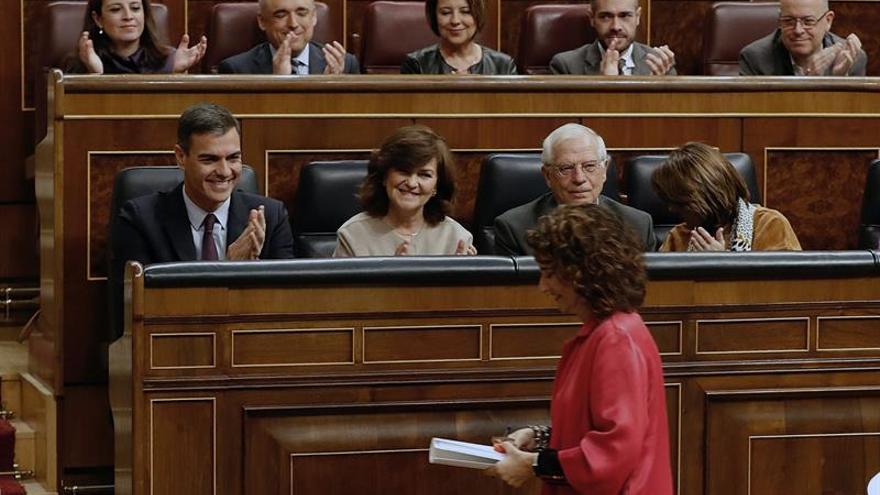 La ministra de Hacienda, María Jesús Montero, ante Pedro Sánchez y la bancada socialista tras defender los Presupuestos.