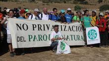 Juan Clavero, agachado, en una manifestación contra la ocupación de los caminos públicos
