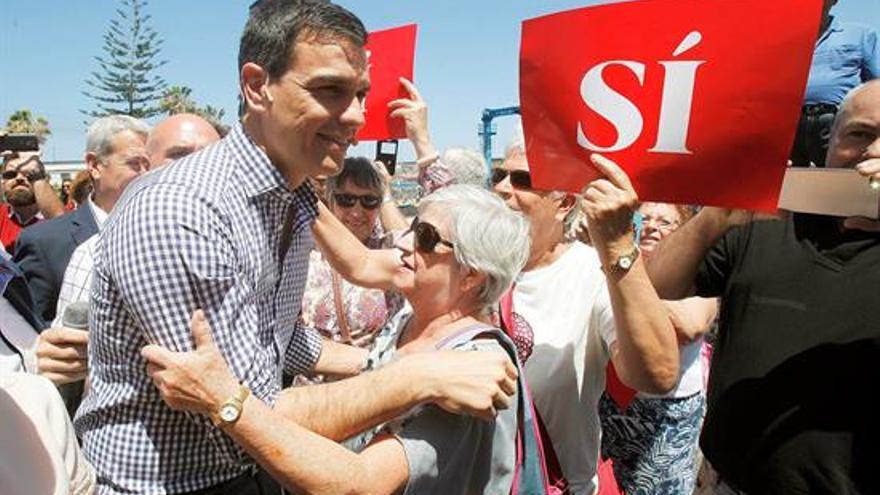El secretario general y candidato a la presidencia del Gobierno, Pedro Sánchez, saluda a una simpatizante durante el recorrido efectuado esta mañana por Puerto de la Cruz en Tenerife