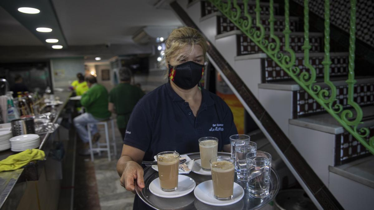 Una camarera en un bar de Sevilla