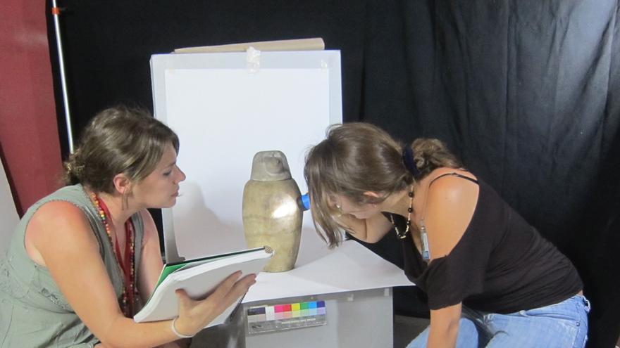 Las egiptólogas realizando el estudio de los vasos canopos destinados a conservar las vísceras del difunto.