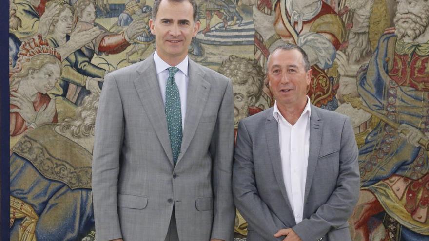 El portavoz de 'A la Valenciana', Joan Baldoví, junto al rey, Felipe VI
