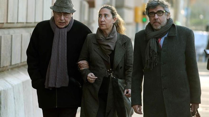 Montull (i), junto a su hija Gemma llegando a la Audiencia de Barcelona
