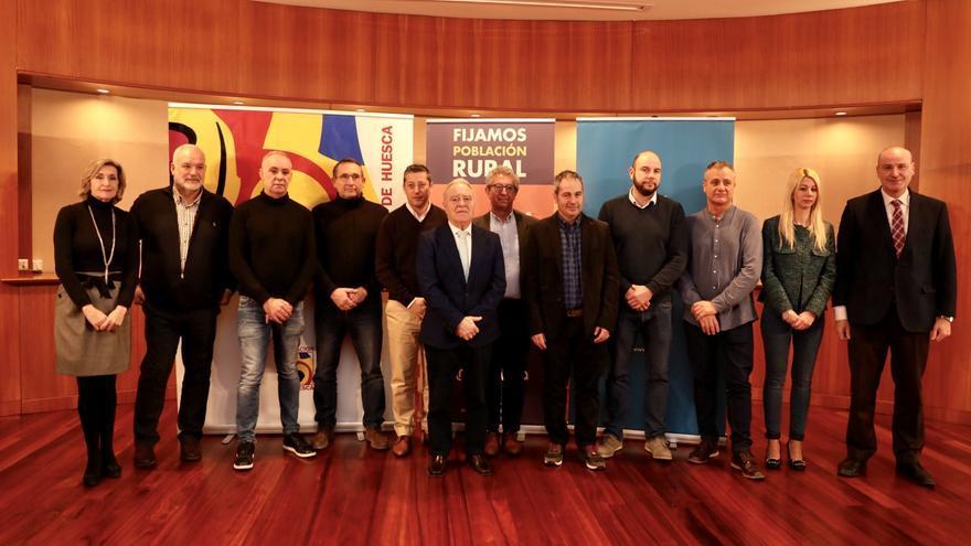 Firma del protocolo para poner en marcha 'Holapueblo' en la provincia de Huesca.