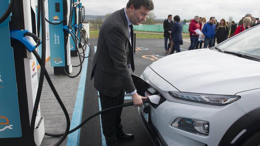Recarga de un coche eléctrico en la electrolinera ultrarápida de Vitoria