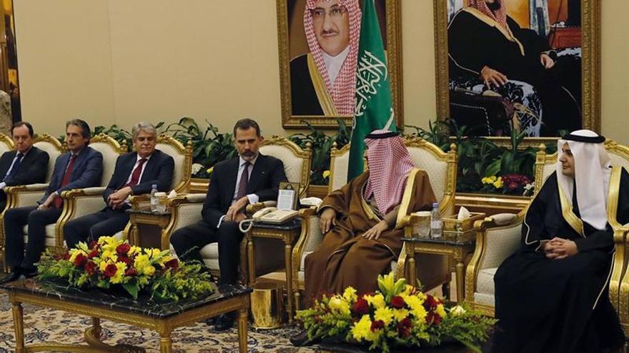 Felipe VI llega a Arabia Saudí acompañado de una delegación política y económica