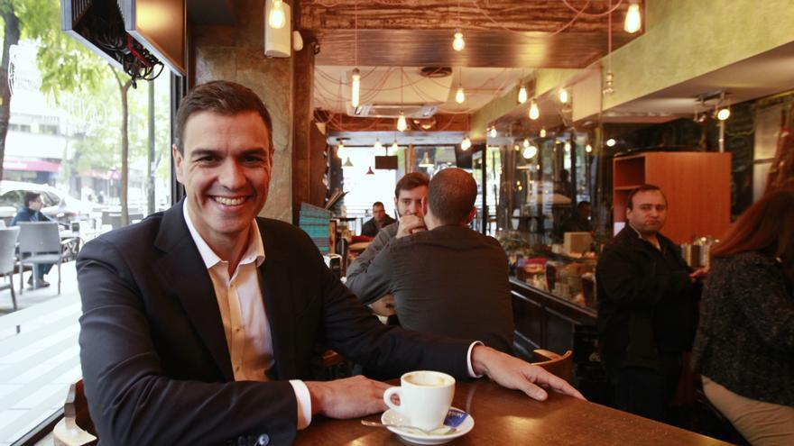 Pedro Sánchez en una cafetería cercana a la sede del PSOE en la madrileña calle de Ferraz / Foto: Marta Jara.