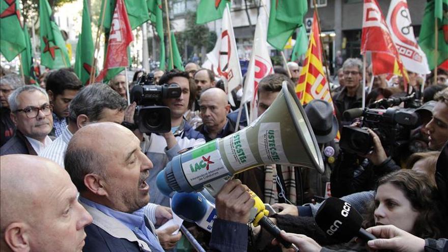 Sindicatos de funcionarios de la Generalitat se encierran para exigir la paga de Navidad de 2012