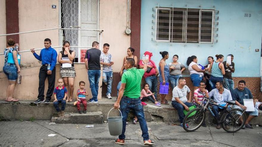 Migrantes buscan subsistir mientras aguardan regularización en México