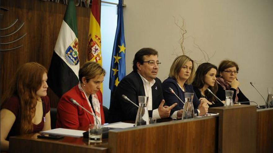 Representantes de los grupos parlamentarios junto a Fernández Vara y Martín durante el acto institucional contra la violencia machista.