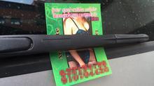 Publicidad de prostitución en el parabrisas de un coche