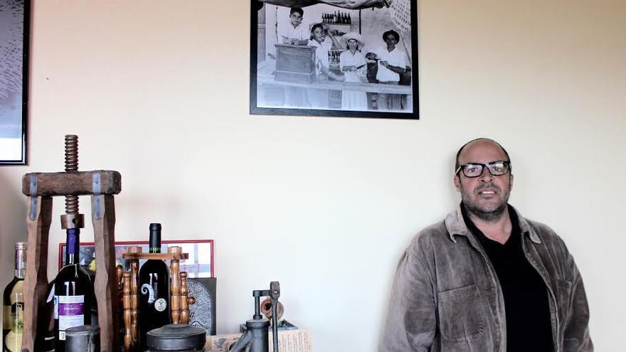 Juna Jesús Pérez y Adrián apuesta por la producción de vino ecológico.