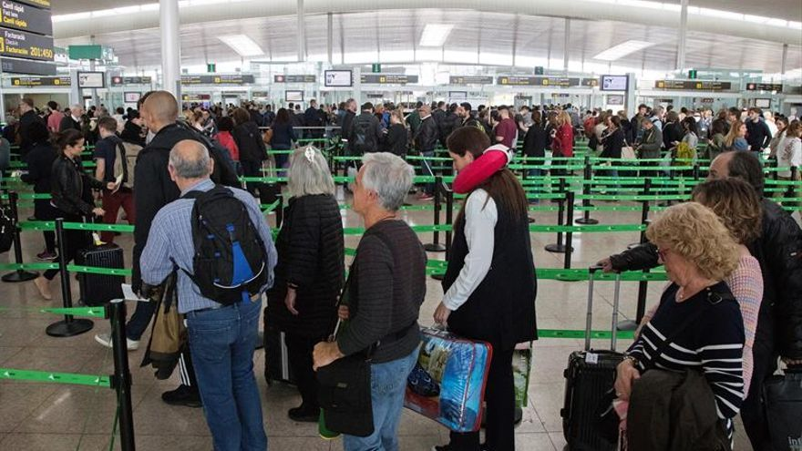El Prat despierta con colas de 40 minutos en los controles de seguridad