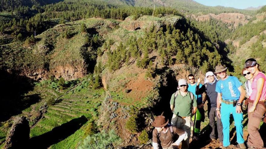 Un grupo de senderistas en el entorno de la  'Peña del Diablo'.