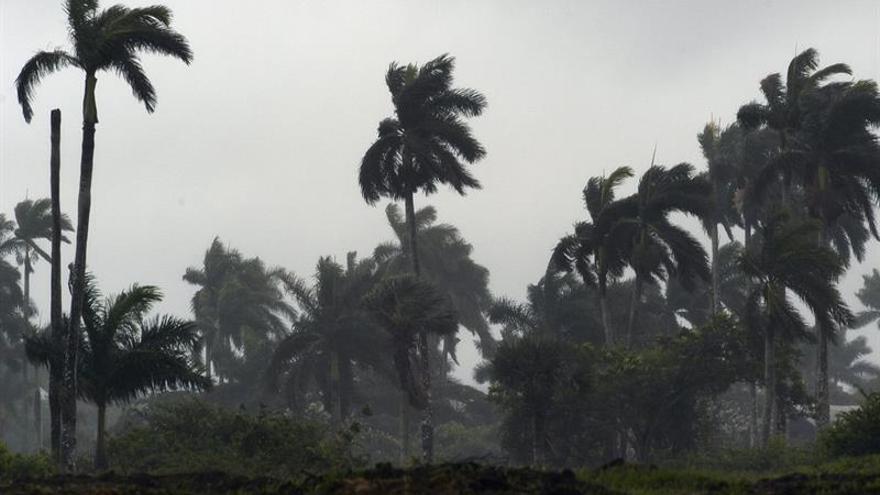 La tormenta tropical María sigue debilitándose en aguas abiertas del Atlántico