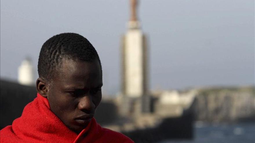 Rescatan a 9 inmigrantes que viajaban en una patera a 11 millas de Tarifa