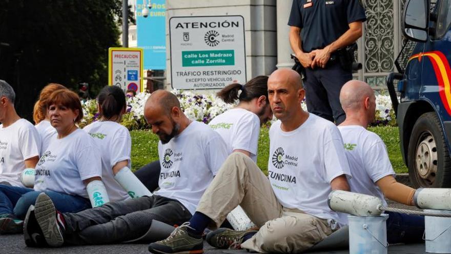 Activistas de Greenpeace cortan accesos al tráfico en Madrid Central